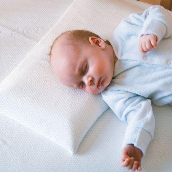 """Almohada de bebé evita Síndrome de Cabeza Plana de """"Clevafoam"""""""