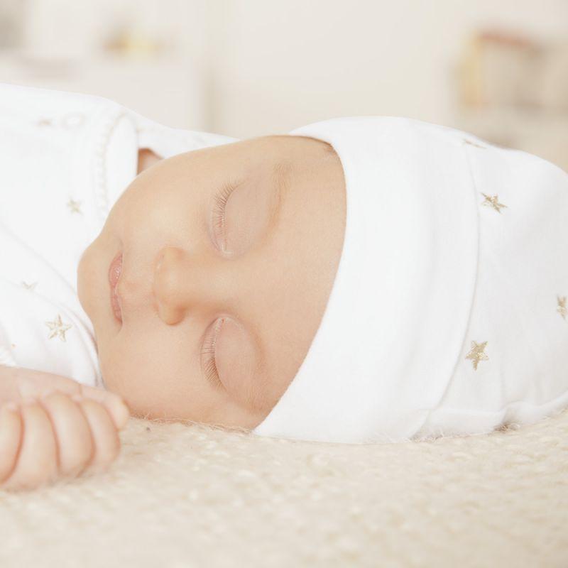 Gorrito Bebé Unisex en color blanco bordado