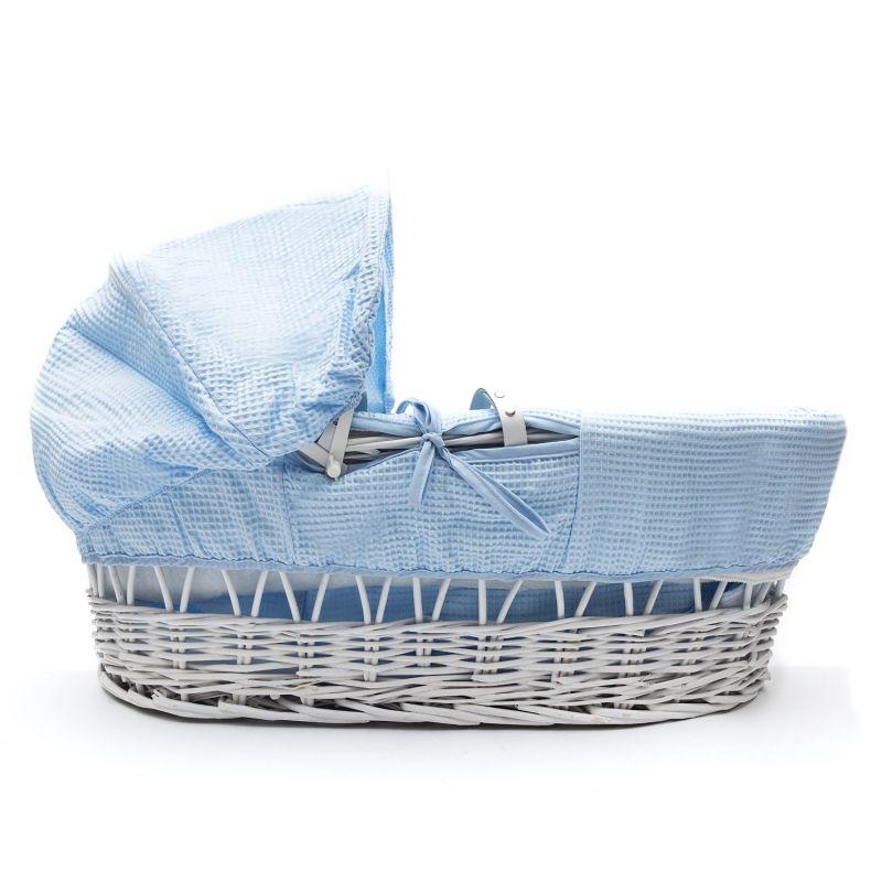 Moises de mimbre blanco de Kinder Valley con vestiduras azules