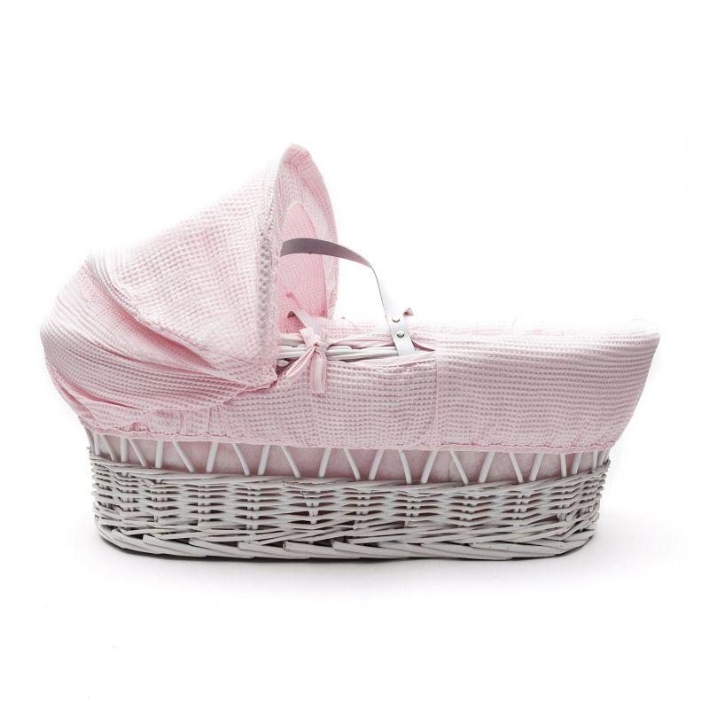 Moises de mimbre blanco de Kinder Valley con vestiduras rosas