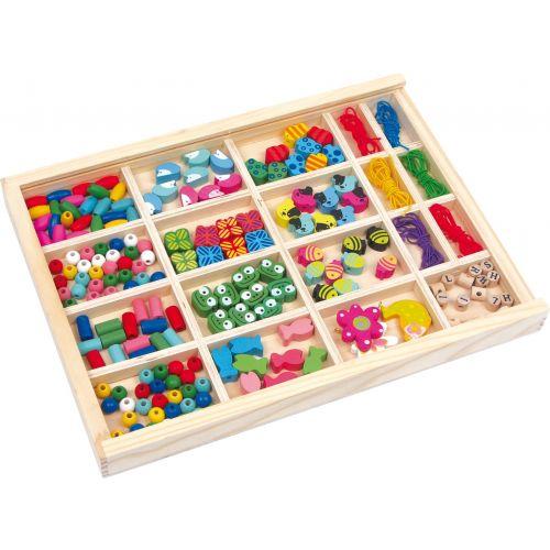 Perlas para enhebrar en caja de madera